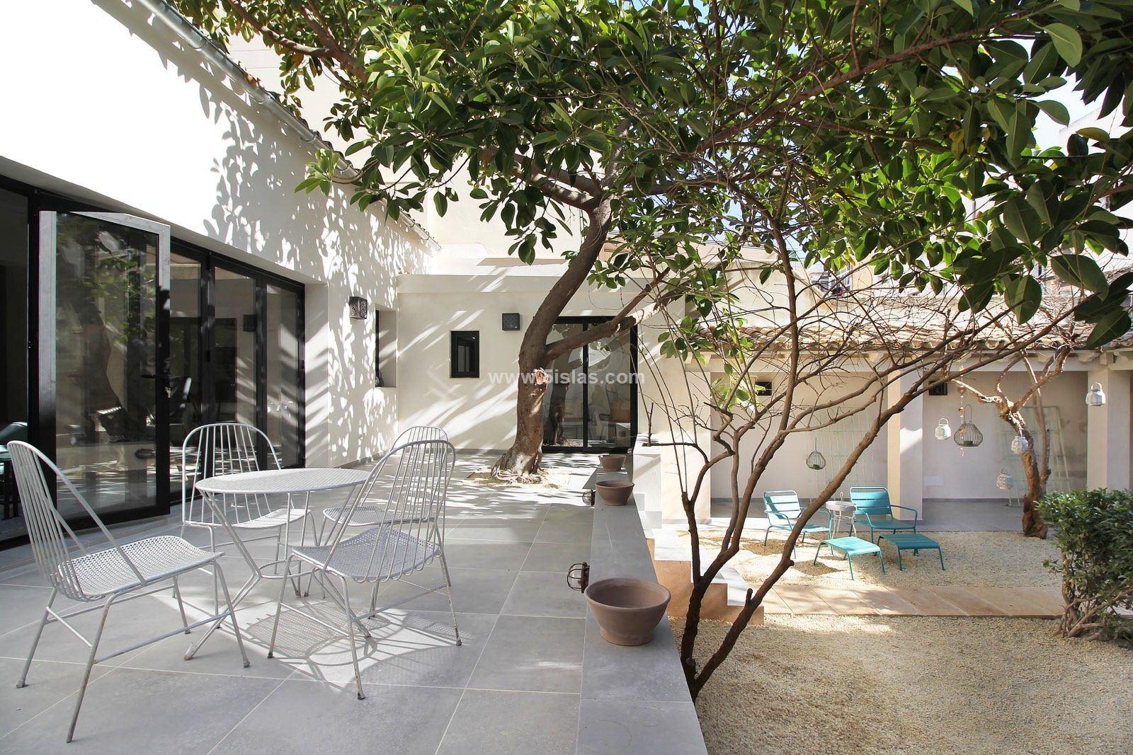 Planta baja techo libre de diseño con gran jardín