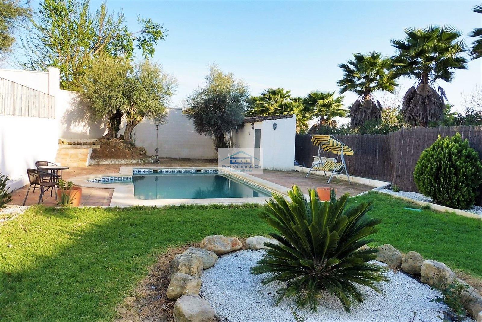 Chalet adosado en una sola planta con piscina independiente.