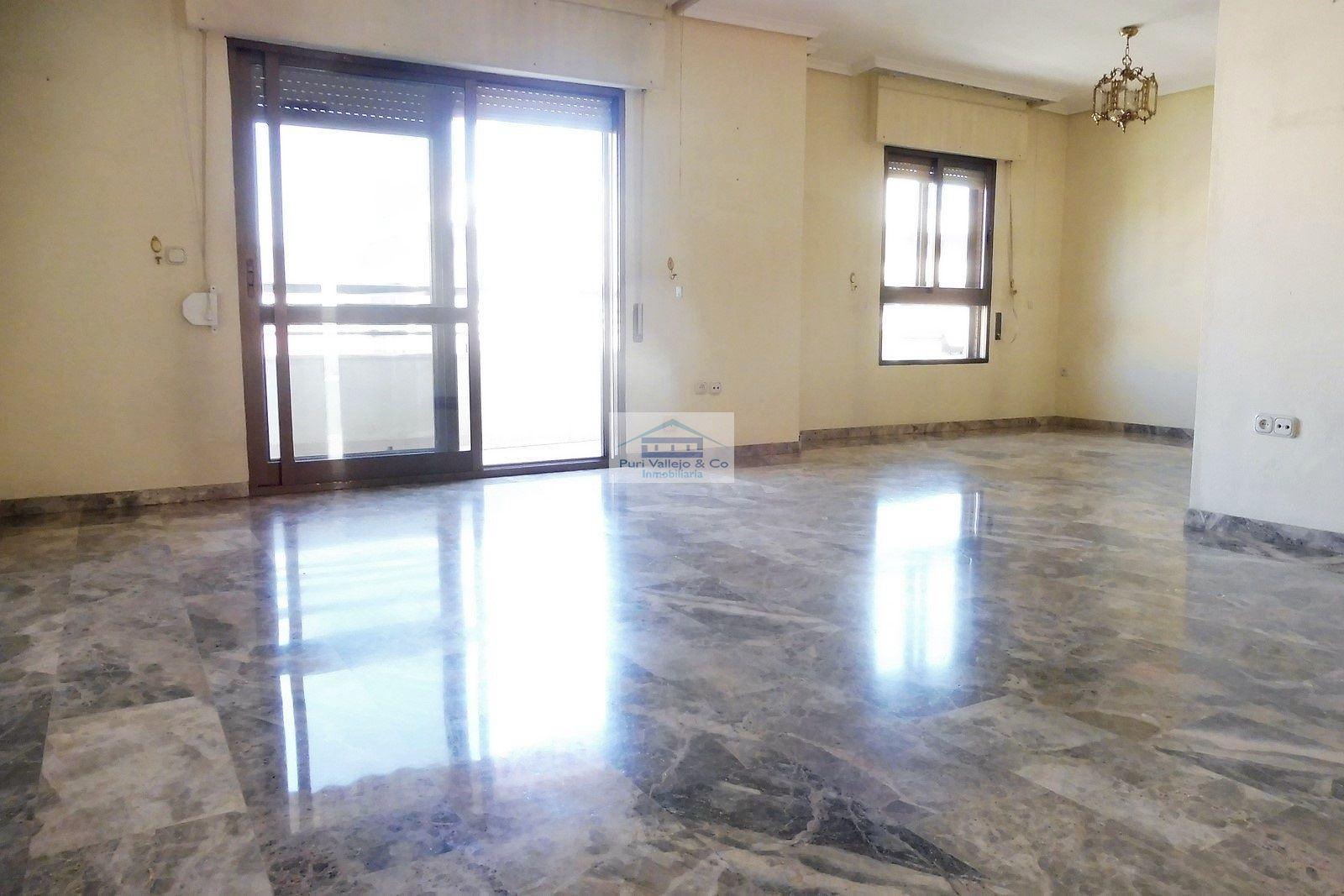 Gran piso con vistas despejadas.