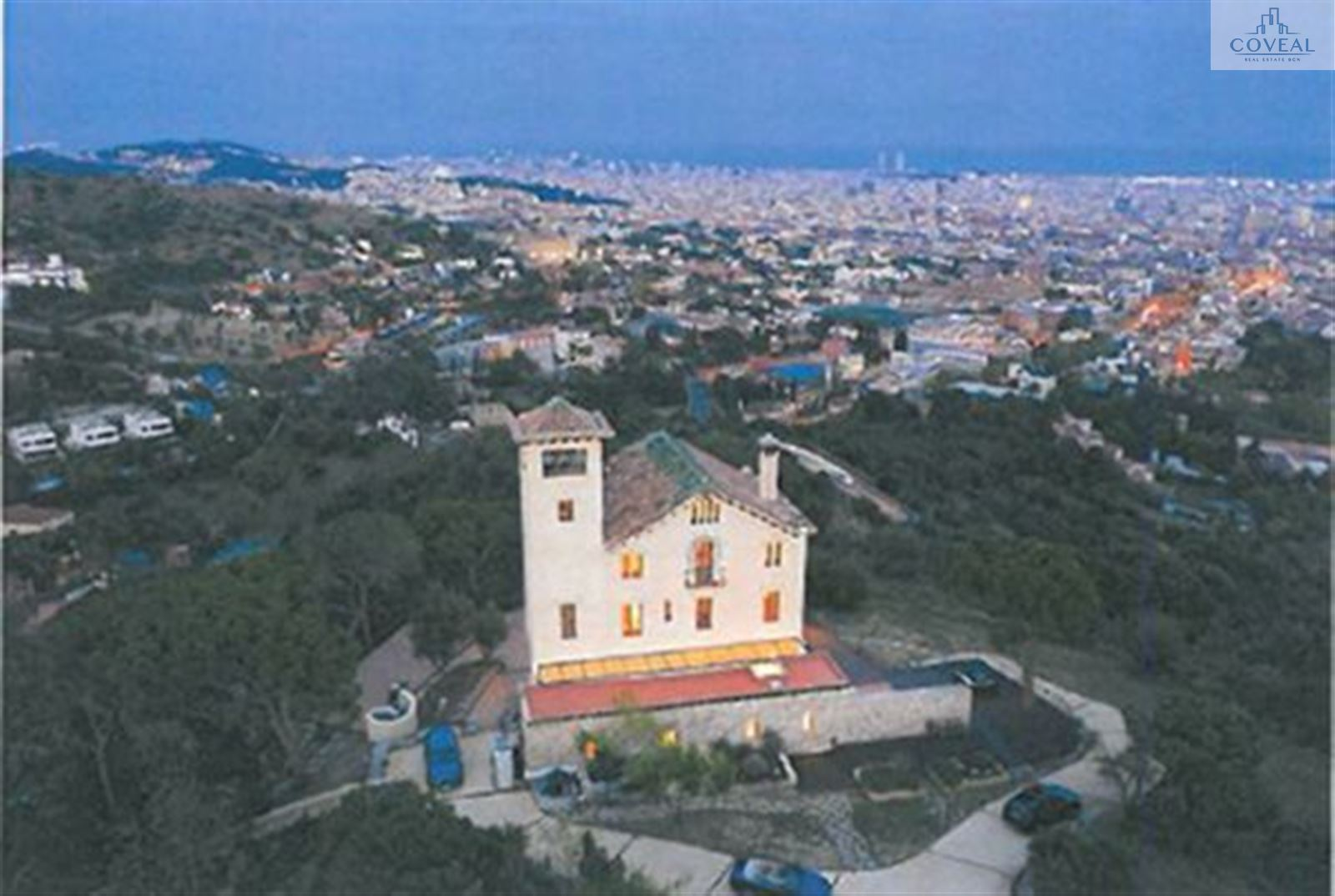 Espectacular villa con vistas a mar y montaña.