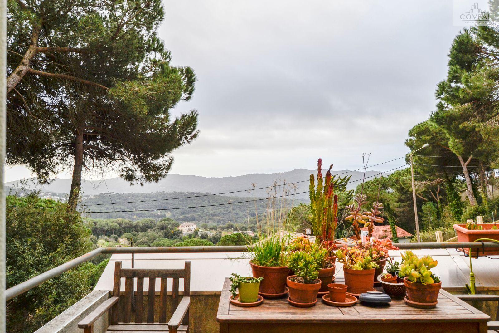 Casa con piscina y vistas a la montaña.