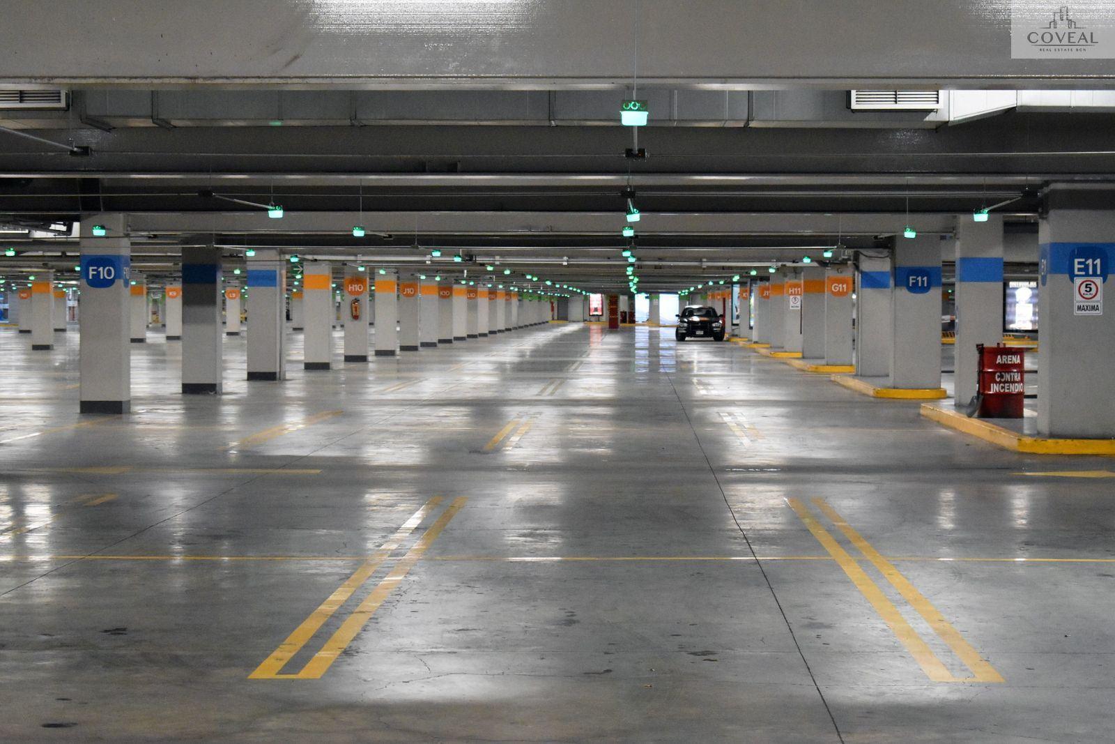 Parking de 3 plantas con 2 accesos.